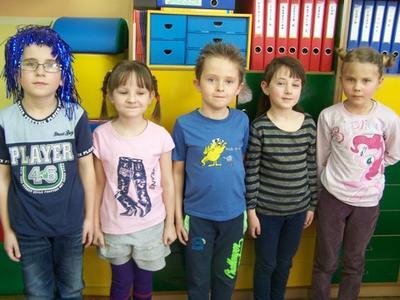 Uczniowie wykazali się pomysłowością i zaprezentowali na swoich głowach małe dzieła sztuki.