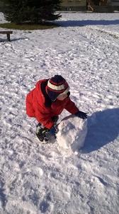 W miesiącu lutym korzystając z pięknej zimowej pogody przedszkolaki wesoło biegały po śniegu. Niest