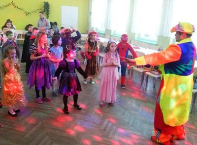 Przed feriami zimowymi przedszkolaki i uczniowie bawili się na balu przebierańców. Do tańca zagrzewa�