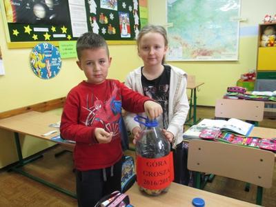 Wolontariusze z klasy trzeciej podsumowali również zbiórkę pieniędzy w ramach akcji Góra grosza. Na