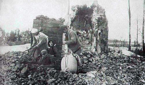 biedna rodzina przy zgliszczach domu