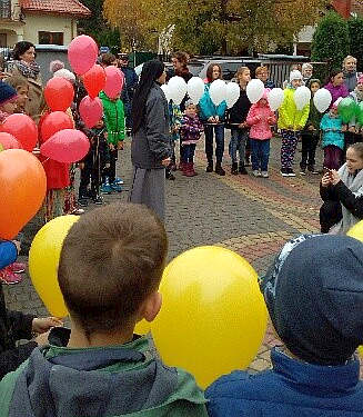 różaniec z kolorowych baloników