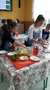 Dzieci przygotowują kanapki