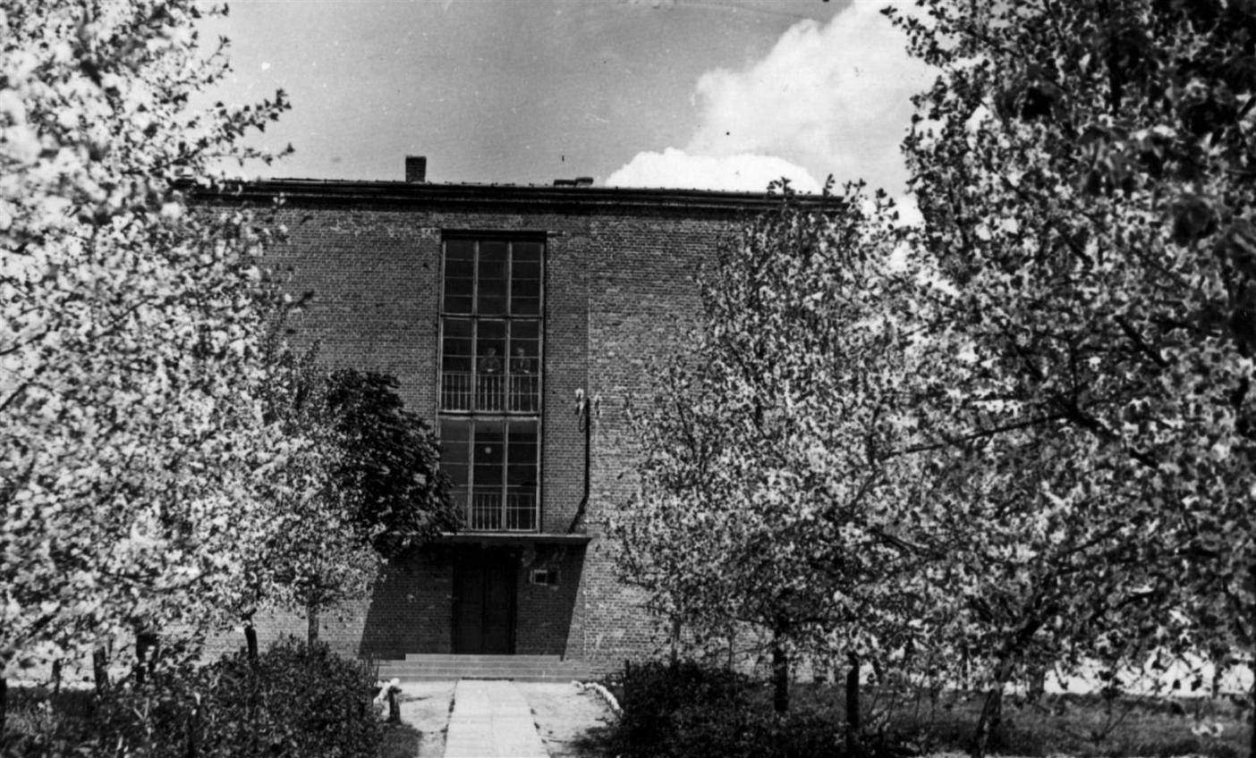 Widok frontu szkoły w Księżomierzu ... Widok budynku szkoły bezpośrednio po jej ukończeniu, przełom  lat 50-tych i 60-tych XX wieku