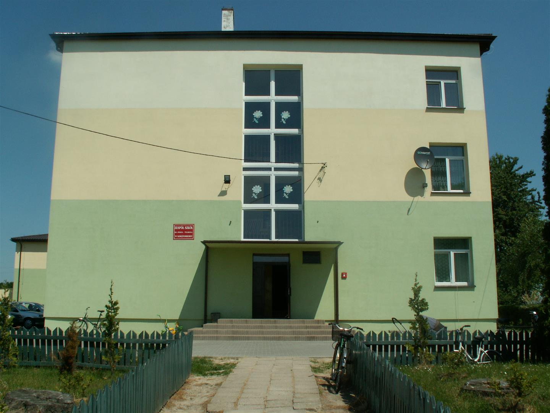 Widok frontu szkoły w 2009 roku