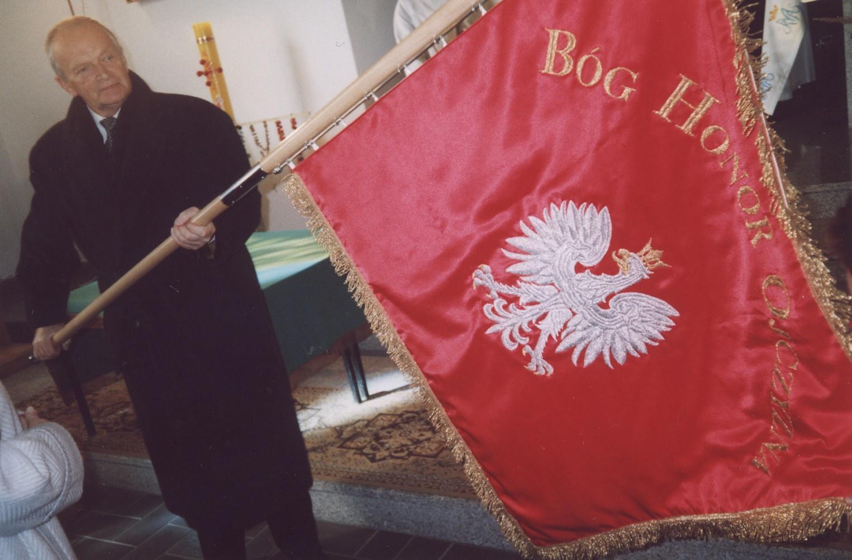 Pan Henryk Kitliński - zięć Patrona Szkoły - prezentuje obecnym na uroczystości poświęcenia, sztandar dla szkoły w Księżomierzu. Księżomierz 19.10.2003 roku