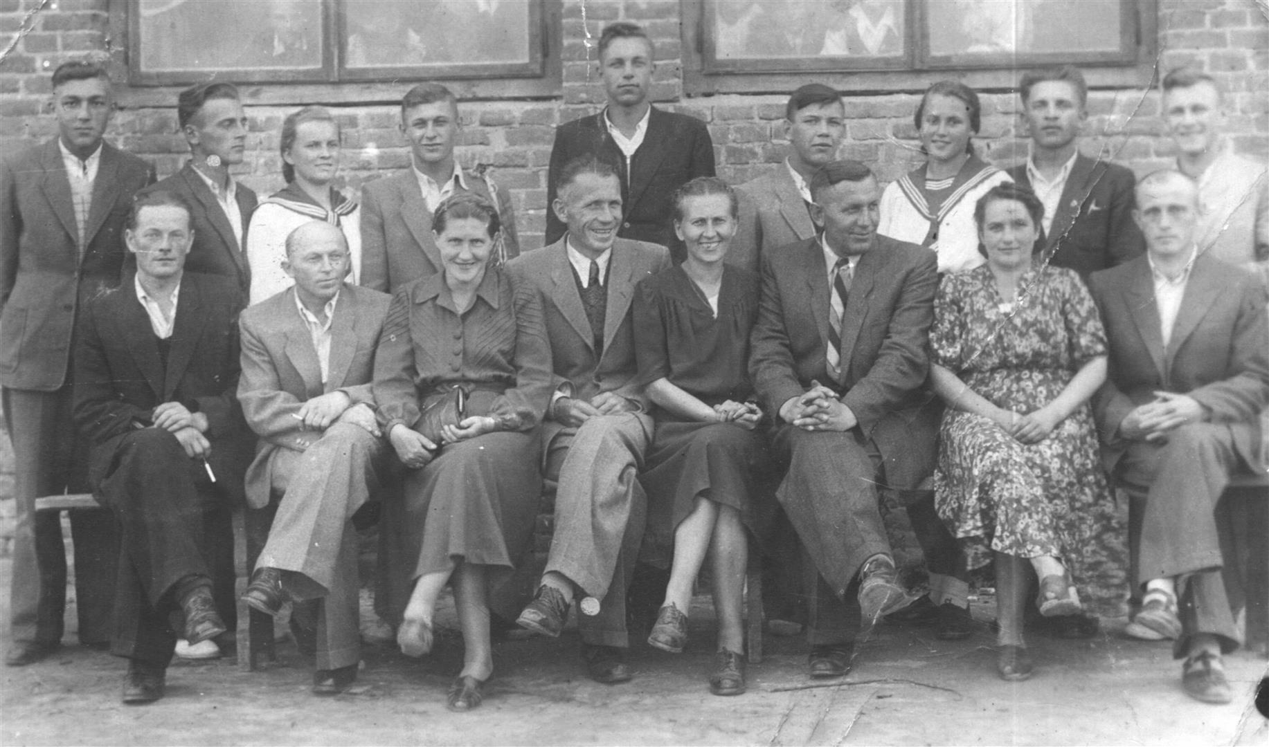 Józef Twaróg (siedzi trzeci z prawej) wraz z małżonką - Heleną Twaróg (siedzi druga z prawej) i nauczycielami oraz  absolwentami szkoły zawodowej. Księżomierz początek lat 60-tych  XX wieku