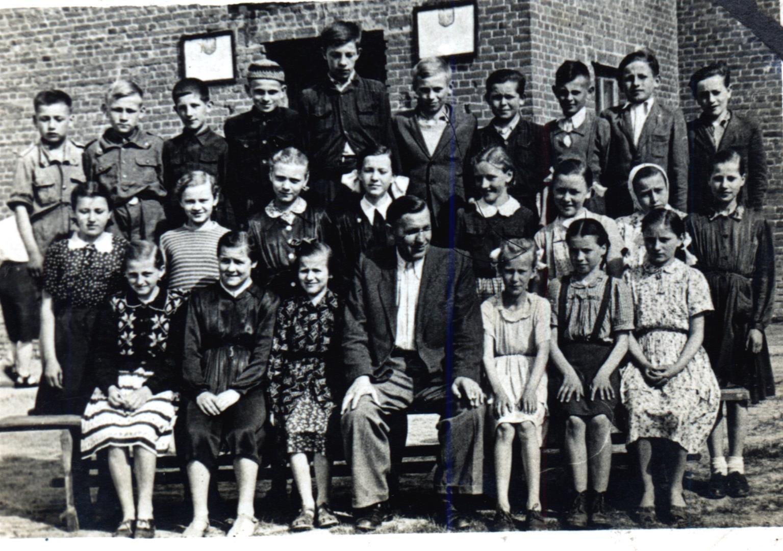 Józef Twaróg jako wychowawca - wraz z uczniami klasy V szkoły podstawowej. Księżomierz lata 50-te XX wieku.