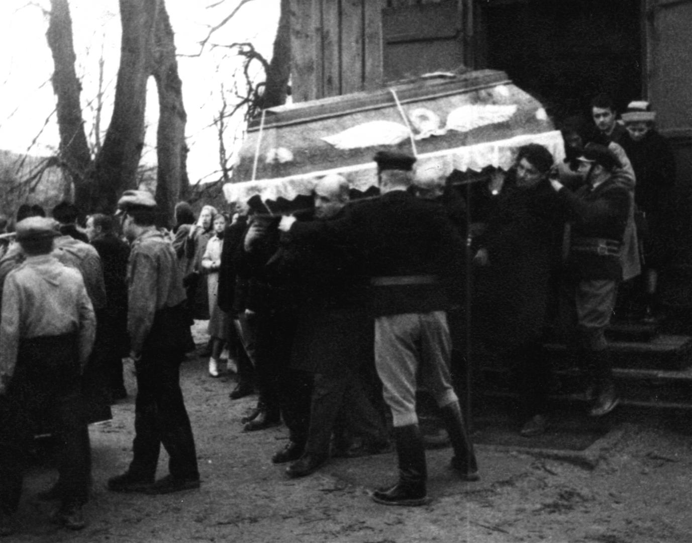 Pogrzeb Józefa Twaroga - trumnę niosą najbliżsi współpracownicy i strażacy OSP. Asystę honorową pełnią harcerze z drużyny szkolnej. Księżomierz 20.11.1964 roku