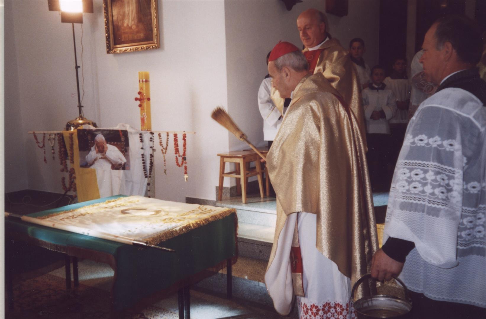 Poświęcenie sztandaru przez abp ks. Bolesława Pylaka w kościele parafialnym pod wezwaniem N.M.P. w Księżomierzu. Księżomierz 19.10.2003 roku