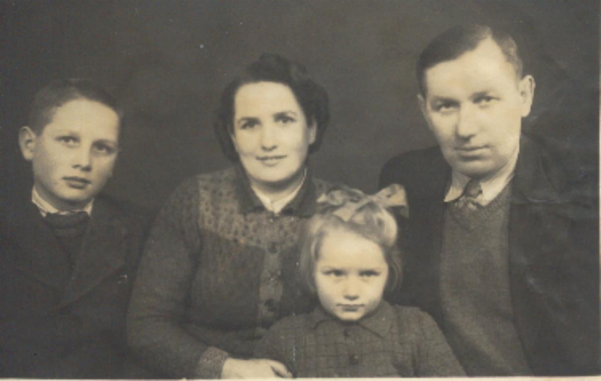 Zdjęcie rodzinne rodziny Twarogów: Józef, i Helena Twarogowie, z córka Marią i synem Wiesławem