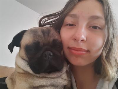 Zdjęcie przedstawia właściciela z psem.