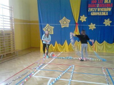 W dniu 12 grudnia Samorząd uczniowski ogłosił konkurs dla wszystkich klas na najdłuższy łańcuch ch