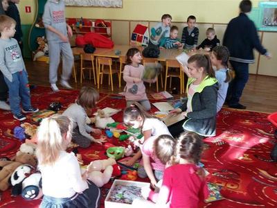 Uczennice klasy VI : Weronika Przywara, Wiktoria Szerenos i Julia Woźnica zorganizowały w naszej szkole