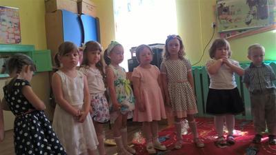 Przedszkolaki pięknie zakończyły rok szkolny imprezą piknikową w letnie, słoneczne przedpołudnie.