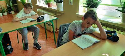 Uczeń Zespołu Szkół w Księżomierzy podczas Narodowego Czytania 2020.