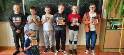 Grupa uczniów szkoły uczestnicząca w Narodowym Czytaniu 2020 w Zespole Szkół w Księżomierzy.