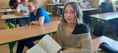 Uczeń Zespołu Szkół w Księżomierz podczas Narodowego Czytania 2020.