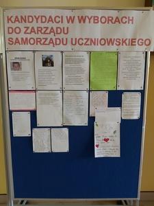 Tablica z informacjami przekazanymi przez kandydatów startujących w wyborach do zarządu Samorządu Ucz