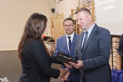 Na zdjęciu od prawej wicestarosta p. Mariusz Socha, starosta p. Andrzej Maj, p. Ilona Dorcz