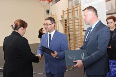 Na zdjęciu od prawej wicestarosta p. Mariusz Socha, starosta p. Andrzej Maj, p. Agnieszka Kot