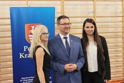 Na zdjęciu od lewej Anna Szmit, starosta p. Andrzej Maj, Julia Wójcik
