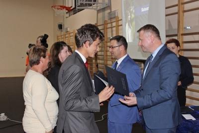 Na zdjęciu od prawej wicestarosta p. Mariusz Socha, starosta p. Andrzej Maj, Dariusz Breś