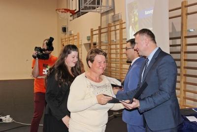 Na zdjęciu od prawej wicestarosta p. Mariusz Socha, starosta p. Andrzej Maj, Adrianna Cyran wraz z rozic