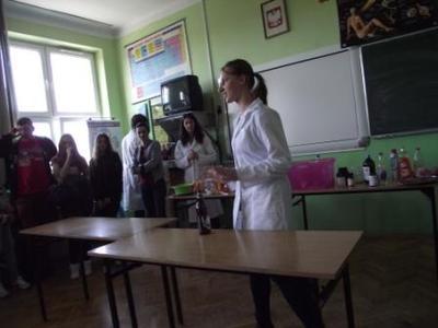 Na zdjęciu pokazy chemiczne w wykonaniu studentów Wydziału Chemii UMCS w Lublinie