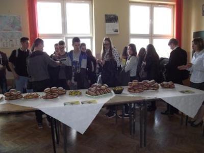 Na zdjęciu od prawej Pani Anna Kamieniarz oraz przybyli gimnazjaliści w trakcie poczęstunku
