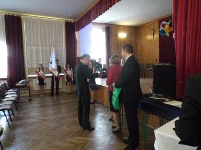 Na zdjęciu od od prawej Kierownik Wydziału Edukacji i Sportu Pan Zbigniew Leziak,  Pani Anna Kamieniarz