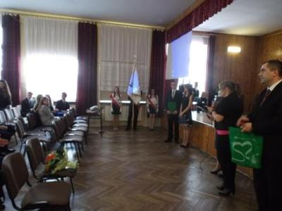 Na zdjęciu od od prawej Kierownik Wydziału Edukacji i Sportu Pan Zbigniew Leziak, Pani Agnieszka Cedro