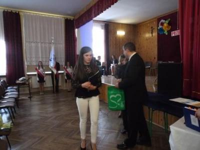 Na zdjęciu od od prawej Kierownik Wydziału Edukacji i Sportu Pan Zbigniew Leziak,Karolina Cios