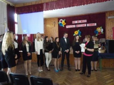 Na zdjęciu od od prawej Pani Agnieszka Cedro, Dyrektor ZS Nr 1 Pani Mieczysława Taczalska, Adrianna Cyr