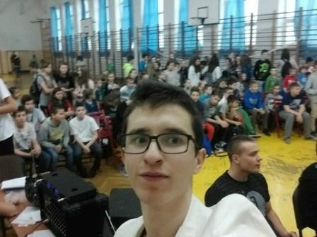 Na zdjęciu  pomysłodawca i główny organizator turnieju, uczeń klasy II technikum geodezyjnego Szymon