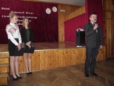 Na zdjęciu od prawej Przewodniczący Rady Gminy Stanisław Staroch, Marlena Warsińska, Magdalena Budzy�
