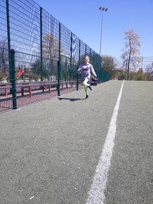Na zdjęciu widać biegnącą dziewczynkę podczas konkurencji biegu na 60m [300x400]