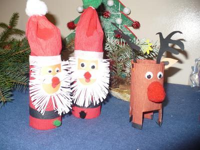 Uczniowie, rodzice i nauczyciele klas 0 - III przygotowali ozdoby świąteczne wystawione na Szkolny Kier