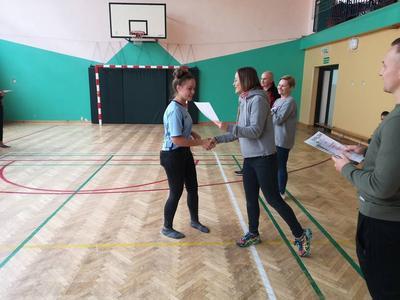 Gminne zawody w mini-piłkę nożną w kategorii szkół podstawowych- młodzież przyniosły nam słodko