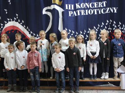Uczniowie klas młodszych uczcili Święto Niepodległości piosenką.