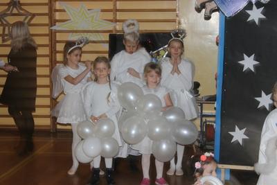 W tym roku mieliśmy nietypowe Jasełka. Wykorzystaliśmy teatr cieni: aktorzy klasy 5g przedstawili Naro