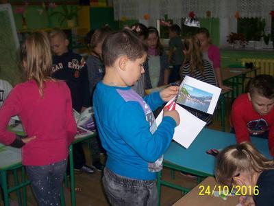 Klasa III c podczas lekcji wykonuje plakaty o tematyce przyrodniczej.