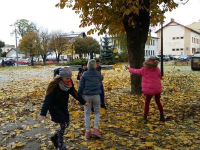 Jesienny spacer kl. III b do parku w Puchaczowie. Jest to również wspaniała okazja do promowania aktyw
