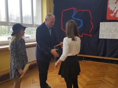 Zofia Piestrzeniewicz z klasy VI odbiera gratulacje od dyrektora Szkoły Podstawowej w Koźlu. Uczennica
