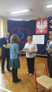 Zofia Chybińska z klasy IV odbiera dyplom za zajęcie 2. miejsce w gminnym konkursie recytatorskim Płyn
