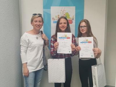 W wojewódzkim Konkursie Recytatorskim Moja bajka w Łodzi uczennice klasy VI przygotowywane przez nauczy