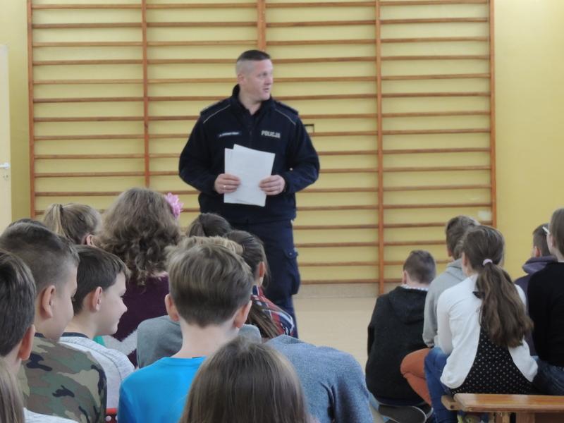 Spotkanie z policjantem.W naszej szkole w dniach 8 i 15 listopada odbyły się spotkania z policjantem m