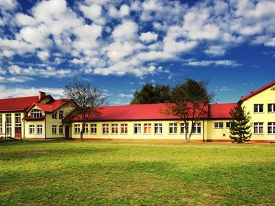 Nasza szkoła w całej okazałości - widok od strony boiska oraz plac zabaw