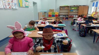 Uczniowie klasy pierwszej układają puzzle