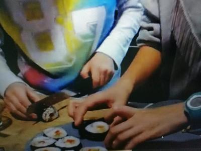 Julia i Tymek układają sushi na talerzu